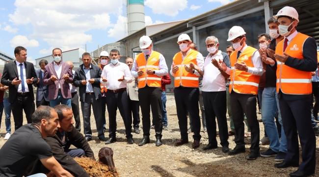 Çat Belediyesi'nin hizmet filosuna kazandırılan beton mikseri, beton pompası ve forklift iş makinaları için kurban kesildi