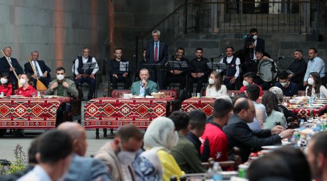 Cumhurbaşkanı Erdoğan, Erzurum'da gençlerle bir araya geldi