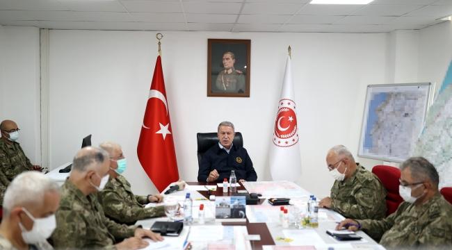 Millî Savunma Bakanı Hulusi Akar, Suriye Sınırının Sıfır Noktasında Komutanlarla Toplantı Yaptı