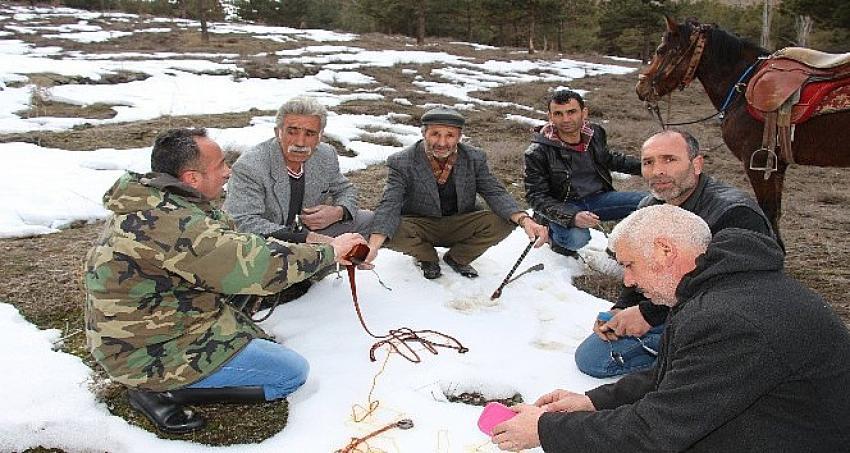 Atlarla 'karlı pekmez' yemeye gittiler