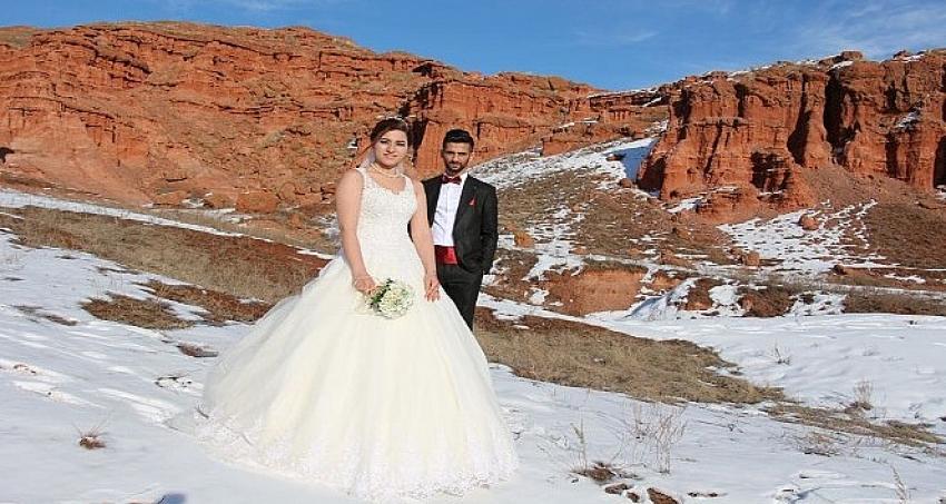 Düğün albümlerinin çekimlerini Kırmızı Periler diyarında yaptılar